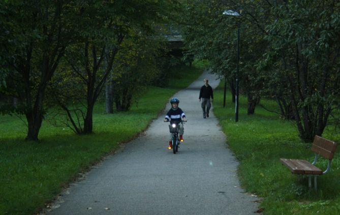 Janis auf dem Fahrrad, irgendwann zwischen Sturz 3 und 14, nehme ich an.
