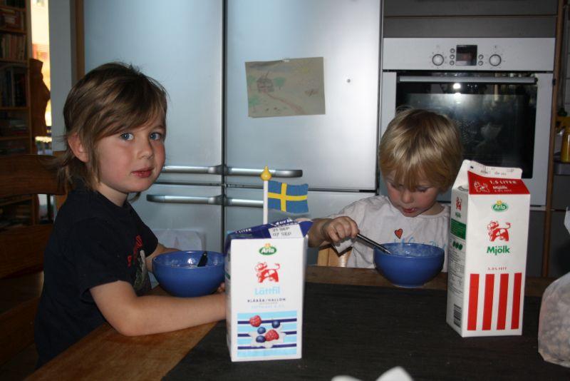 Als wär nichts gewesen: am nächsten Morgen beim Frühstück. Im Hintergrund ist die böse Ecke zu sehen.