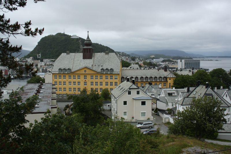 Blick aufs Landesinnere und die Schule von Ålesund - aber irgendwo mogelt sich doch immer Wasser mit aufs Bild.