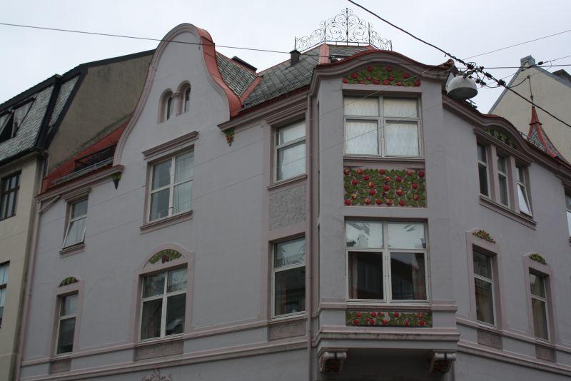 """Eins von mehreren """"Erdbeer-Häusern"""" in Ålesund."""