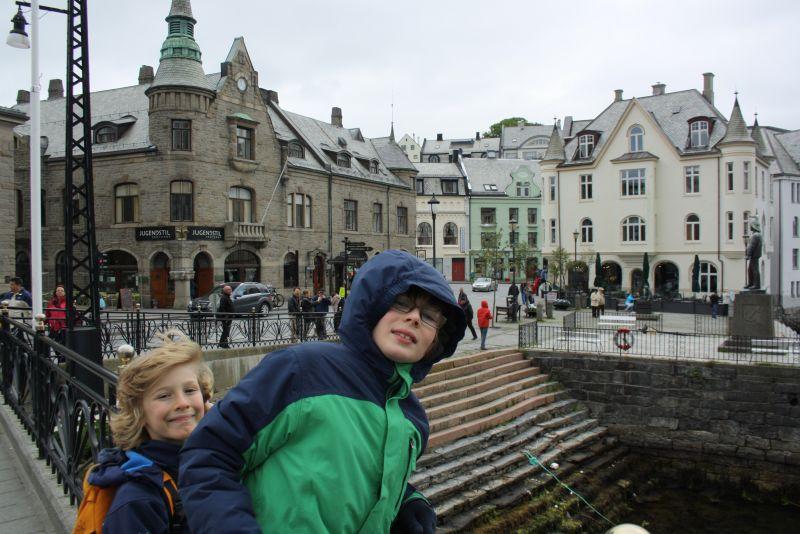 Ålesund mit Kindern: Das Zentrum von Ålesund liegt direkt am Wasser. Wie eigentlich alles.