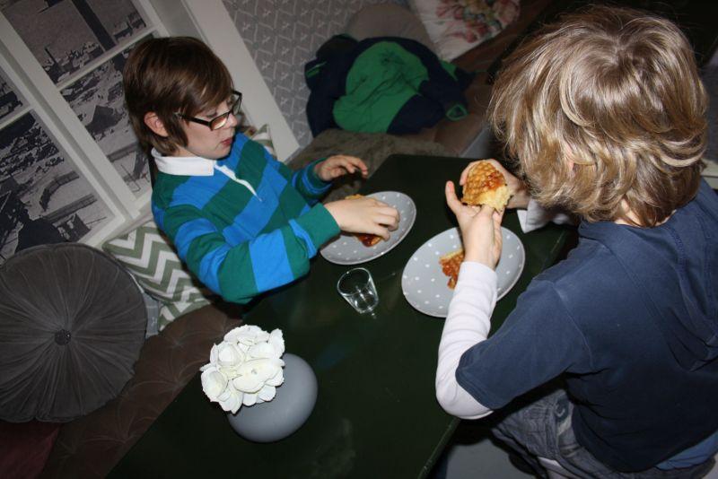 Ålesund mit Kindern: Und weil wir Mette mit unseren vielen Fragen bis nach Feierabend aufgehalten haben, kriegen die Jungs zum Dank auch noch die übrig gebliebenen Waffeln. War lecker, lassen sie ausrichten.