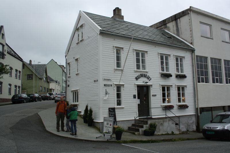 Das Waldhuset Museum ist eins von den typisch norwegischen weißen Holzhäuschen.