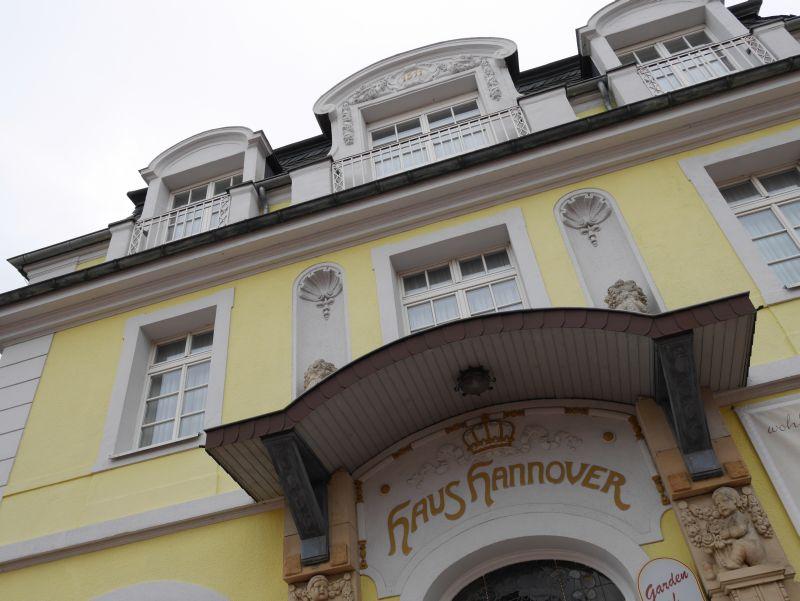 Aufgrund der Kurgeschichte stehen in Bad Nenndorf etliche repräsentative Logierhäuser. Haus Hannover ist eines davon.