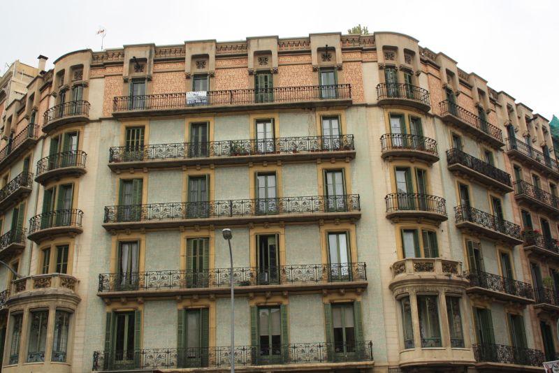 Die abgeschrägten Ecken der Wohnblöcke sind typisch für Barcelona.