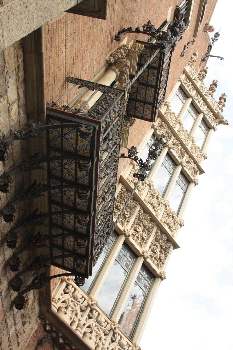 Die von unten bunt gefliesten Balkone haben wir auch anderswo in Spanien häufig gesehen.
