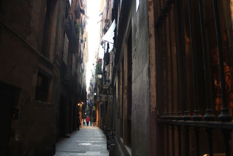 In den engen Gassen des Barri Gotic ist es dunkler und kühler als in den breiten Ramblas.