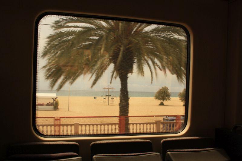 Mit dem Zug direkt an den Strand. Ich bin mir nicht ganz sicher, wie dieser hier heißt. Ich glaube nicht, dass es Barceloneta ist, denn dorthin wird immer ein 20-minütiger Fußmarsch beschrieben. Irgendwo auf halber Strecker bis Vilassar de Mar. Vielleicht kennt sich jemand besser aus?