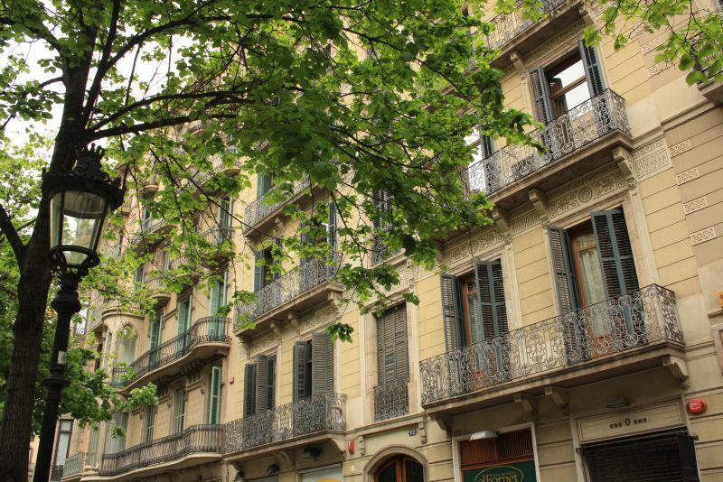 Typisch Barcelona: hübsche Fassaden entlang der Rambla Richtung Eixample, dem Viertel mit den schönsten Fassaden.