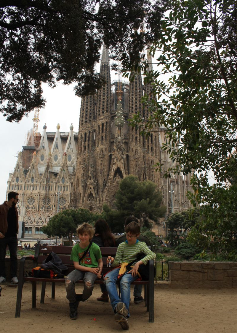 Barcelona mit Familie: Pause im Park hinter der Sagrada Familia.