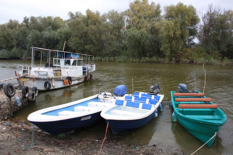 """Das linke Boot ist """"unseres"""". Hier beginnt unsere Ausflugsfahrt ins Donaudelta."""