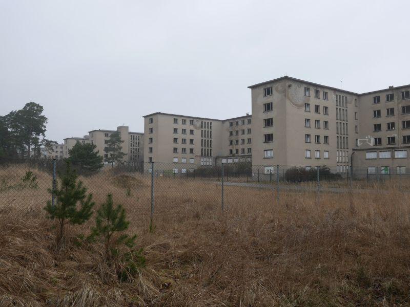 Hier passt das trostlose Wetter ins Bild: der Kilometerbau von Prora VOR der Sanierung. An einigen Ecken wird das Nazi-Erbe schon kräftig gebaut und aufgehübscht.
