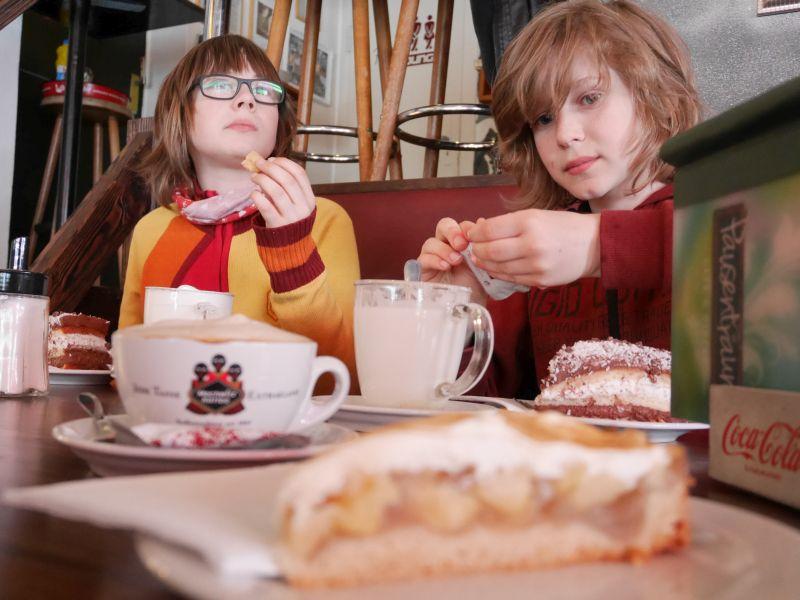 Früh übt sich: süßes Studentenleben im Café Pausentraum.