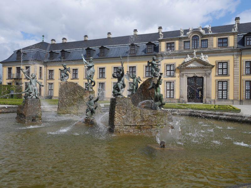 Der Neptunbrunnen am Orangerie-Parterre. Im Gebäude ist eine Galerie, aber die ist an diesem Tag gesperrt.