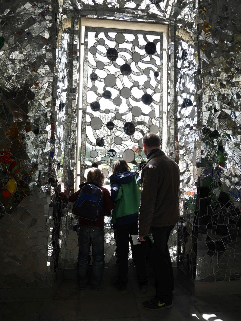 Spiegelfenster in der Niki de Saint Phalle Grotte in den Herrenhäuser Gärten Hannover.