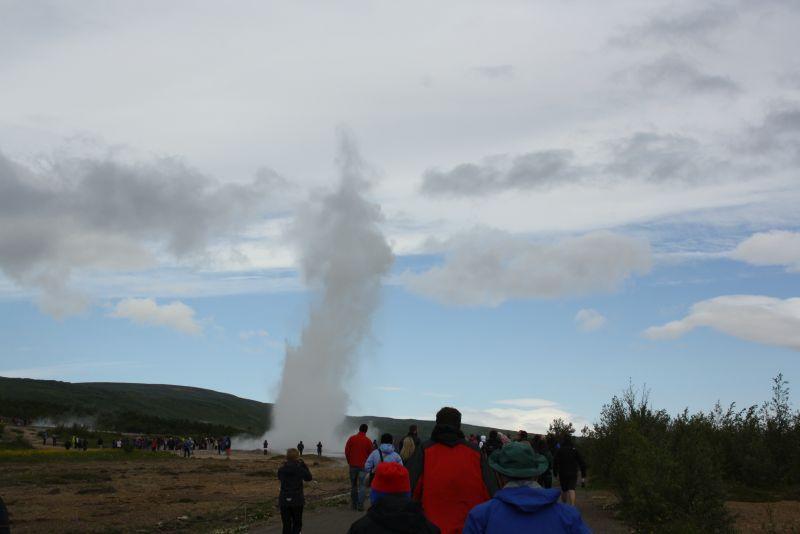 Egal, wie man hin kommt: Am Strokkur Geysir ist zumindest im Sommer immer viel Betrieb.