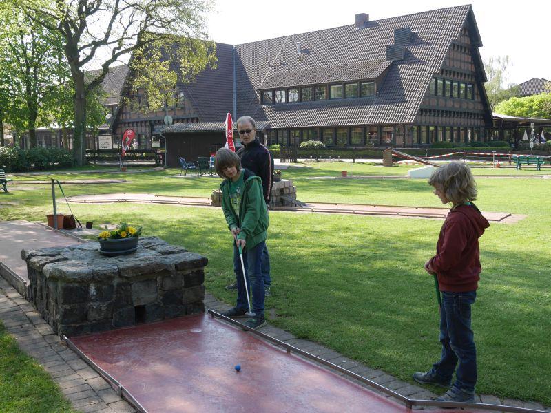 Minigolf in Bad Zwischenahn (im Hintergrund übrigens die Spielbank).