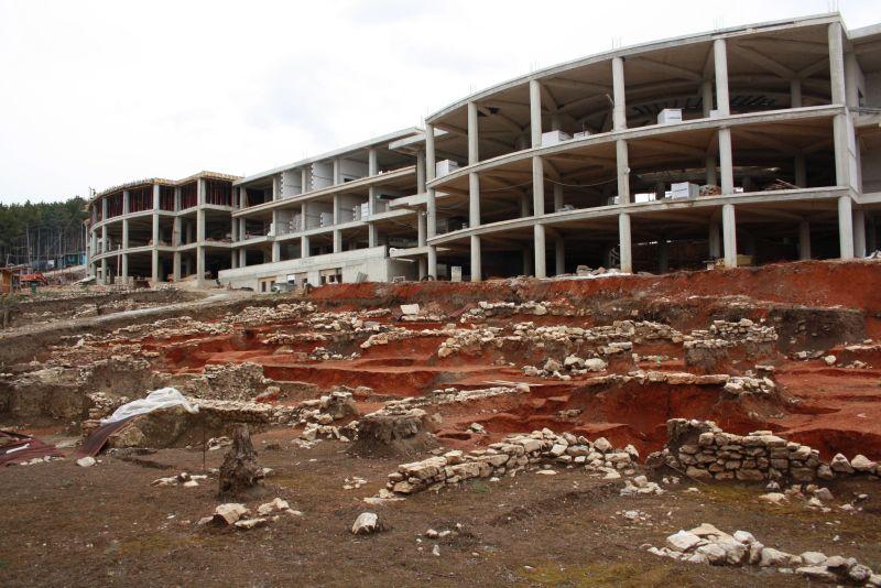 Betonbau auf archäologischem Grabungsfeld, Ohrid, Mazedonien
