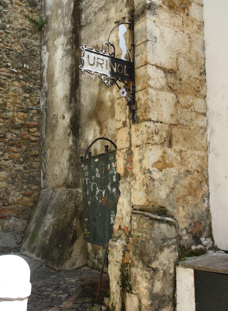 Öffentliche Toilette an der Burg in Lissabon, Portugal