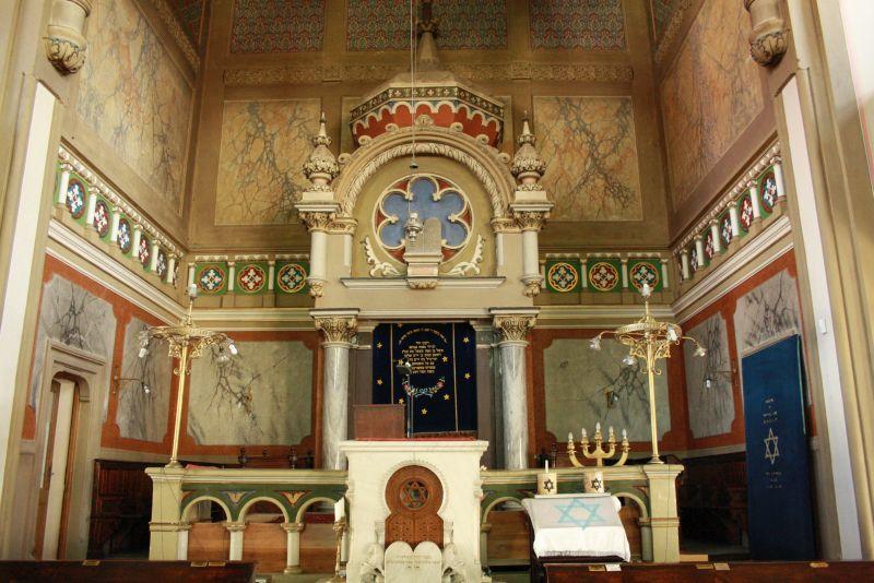 Der Innenraum der Synagoge von Targu Mures ist bunt und prächtig.