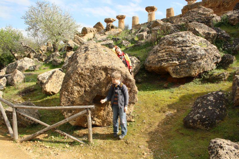sizilien-agrigento-ruinen-mit-kindern