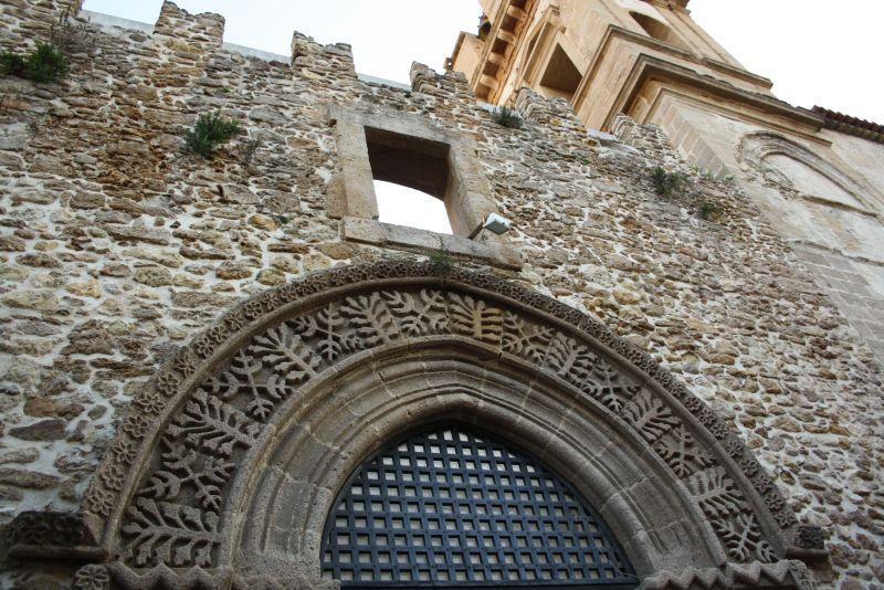 Normannisches Erbe, das durch die geschichtlichen Verwicklungen auf die Insel kam.