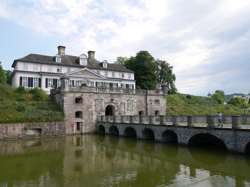 Schloss Pyrmont mit Wassergraben.