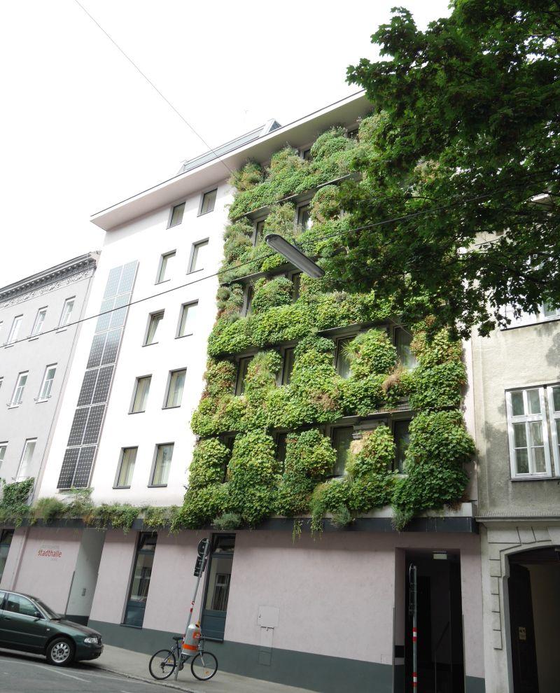 grüne Fassade: Boutiquehotel Stadthalle Wien - Hoteltipp für Familien