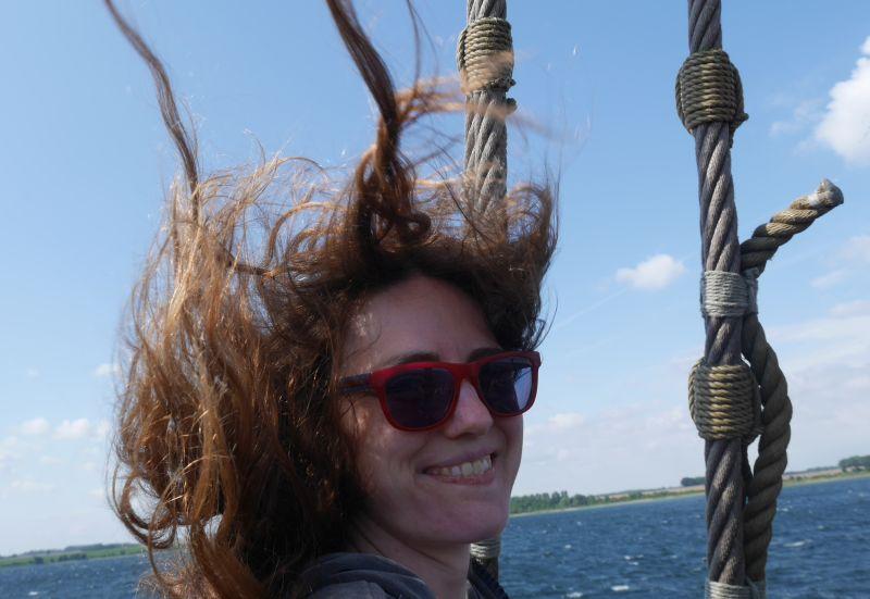 Das bin ich, zwei Tage lang glückliche Baumhausbewohnerin und für einen Nachmittag begeisterte Koggenpassagierin. Inzwischen sind meine Haare wieder gekämmt. Photo credits go to Janis.