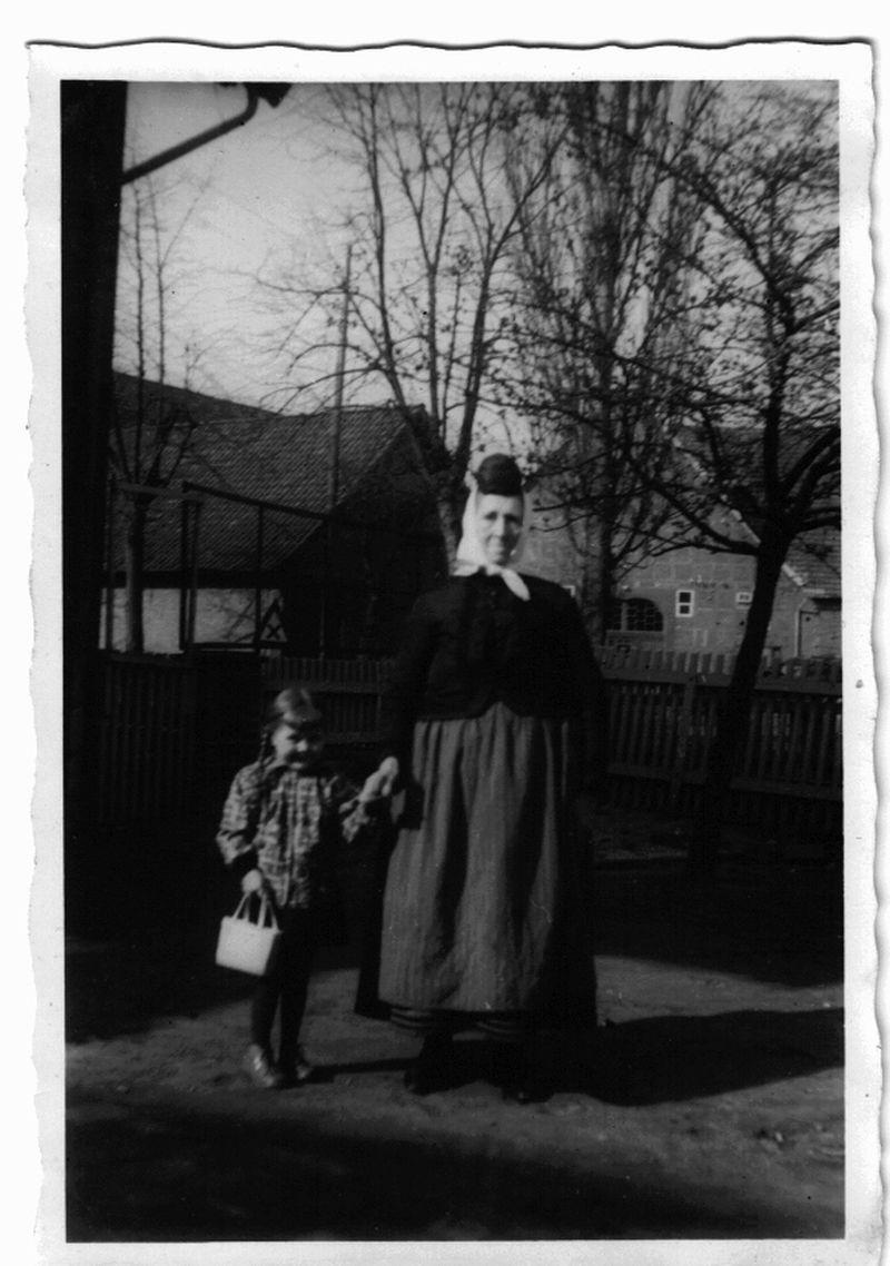 Meine Mama mit ihrer Oma, einer strengen Frau, die noch Tracht trug.