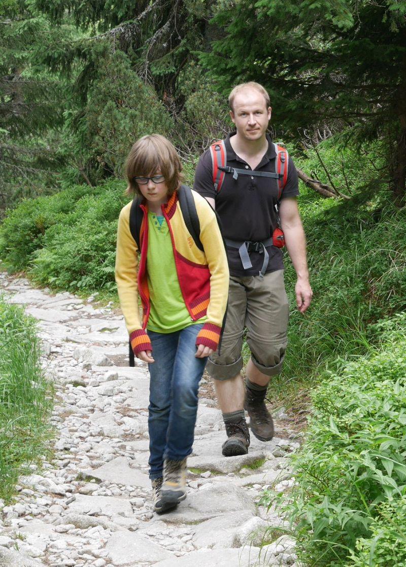 Martin beim Wandern in der Hohen Tatra (mit Janis, der etwas unglücklich schaut, weil er sich eine Blase gelaufen hat). Da ich gerade mit den Jungs alleine an der Ostsee bin und hier nur die aktuellen Fotos aus den Sommerferien habe, ist meine Auswahl leider begrenzt, zumal in der Slowakei das Wetter so bombig war, dass der Herr kaum mal ohne Sonnenbrille im Bild ist.