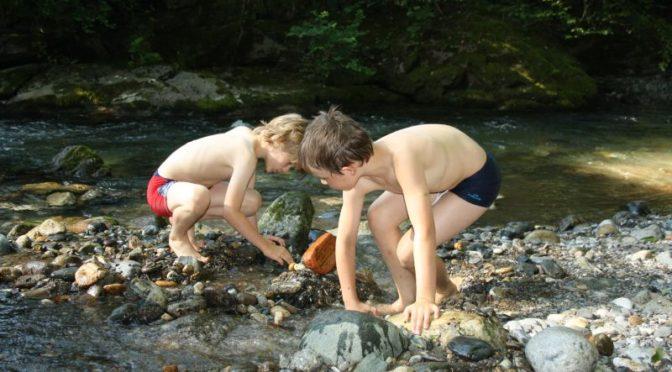 Momentaufnahme: Sommerliches Dorfleben am Bach
