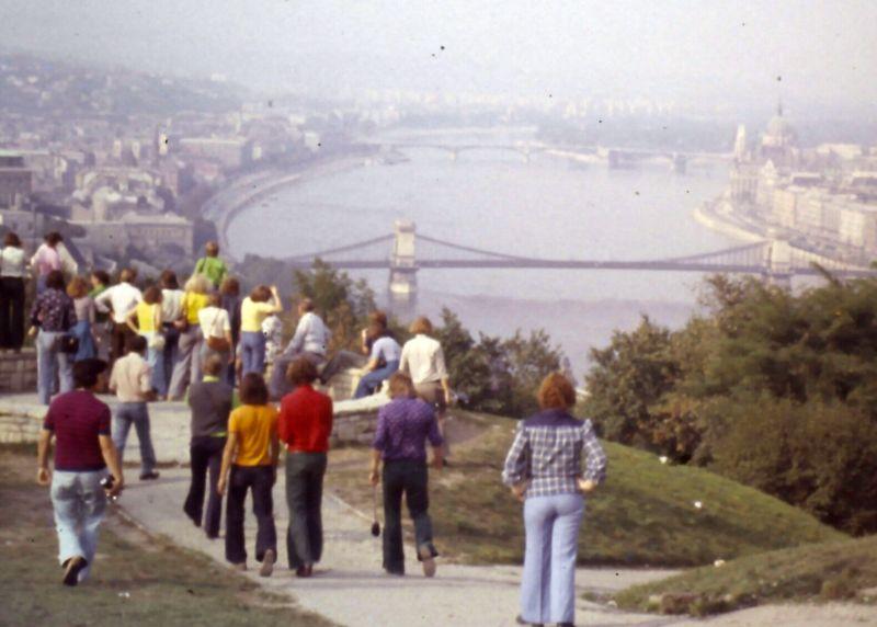 Jugendgruppe an der Kettenbrücke in Budapest, 60er Jahre