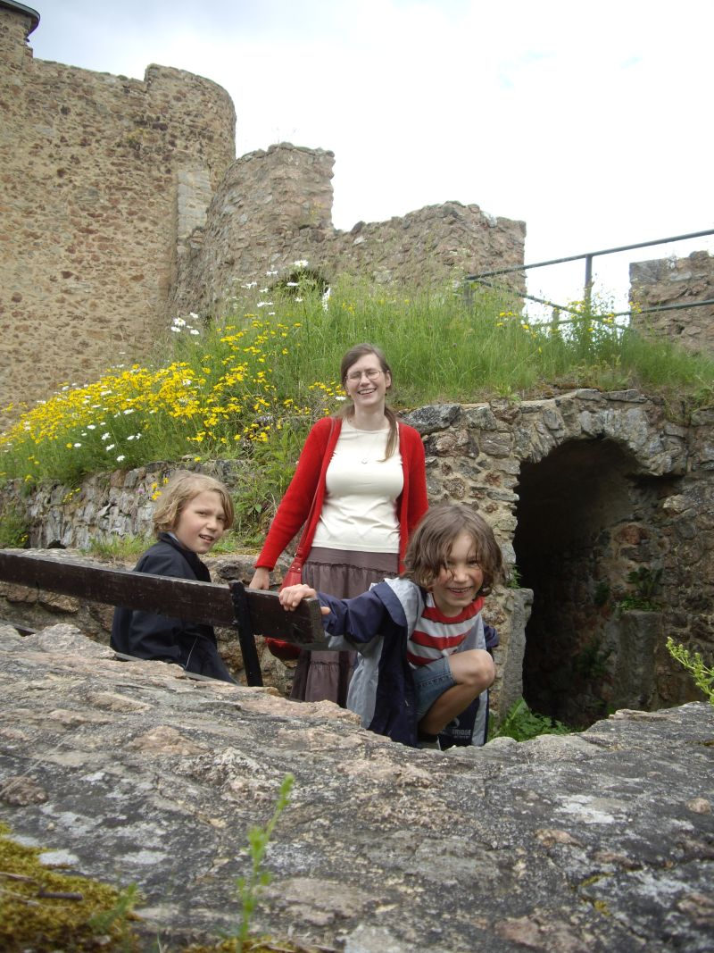 Das ist Reet heute, im Urlaub auf Burg Frankenstein mit Rasmus und Rao, zwei ihrer drei Jungs.