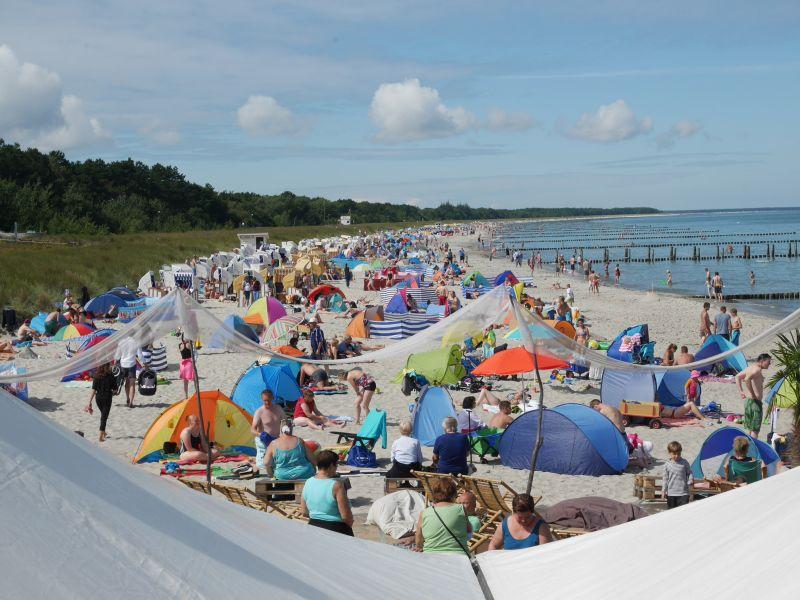 Urlauber am Strand von Zingst, Ostsee.