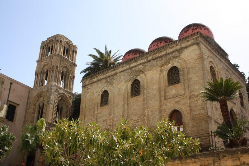 Rote Kuppeln der Kirchen in Palermo, Sizilien, Italien