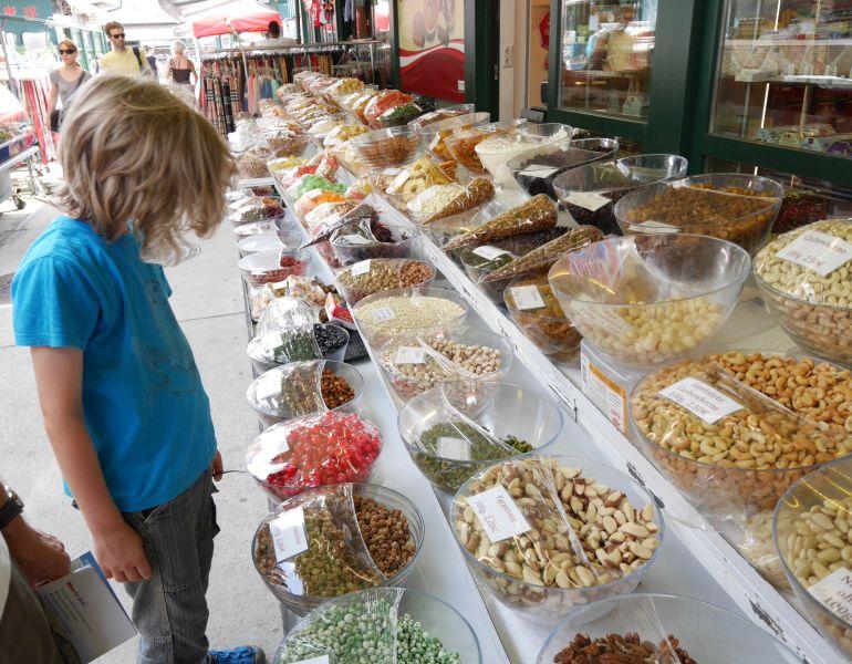 wien-mit-kindern-naschmarkt-süßigkeitenstand
