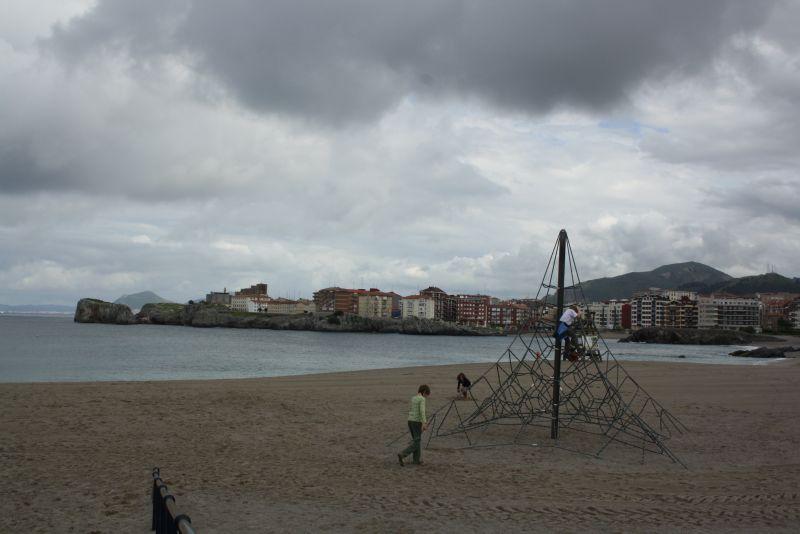 Castro Urdiales, Biskaya, Strand mit Spielplatz