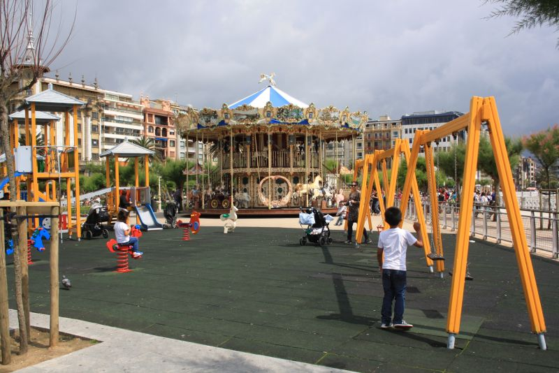 Direkt an der Promenade gibt es einen Spielplatz und das Nostalgie-Karussell.