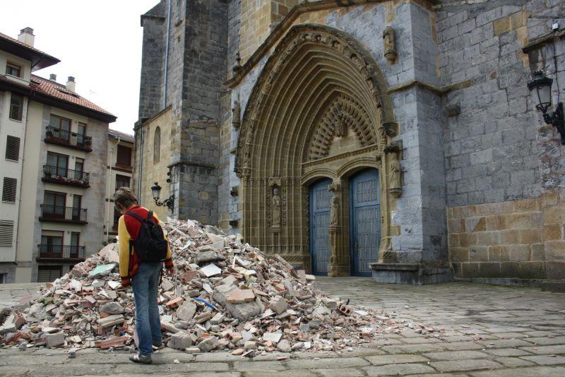 Mahnmal in Gernika, Trümmer vor der Kirche, Urlaub im Baskenland mit Kindern