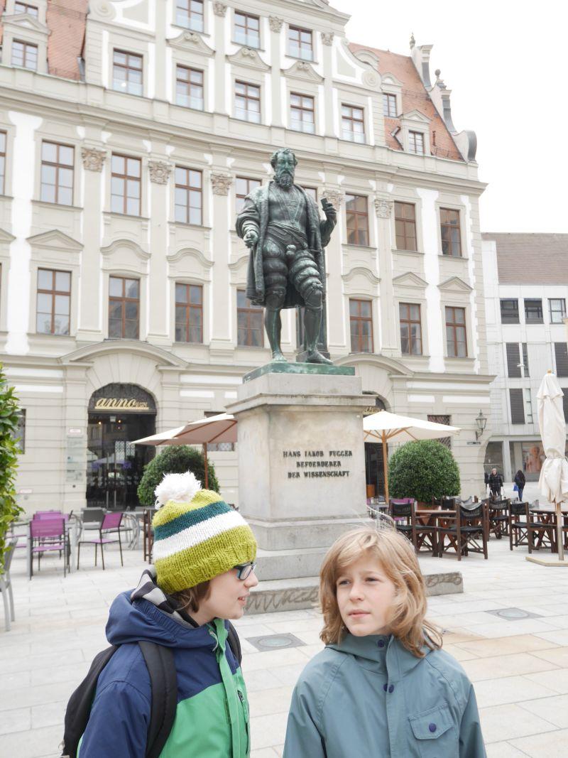 Augsburg mit Kindern, Fugger-Denkmal