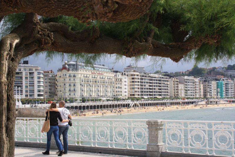 Donostia-San Sebastian, Promenade mit Aussicht auf Stadtstrand und Hotels