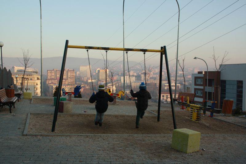 Spielplatz in Pristina, Kosovo mit Kindern