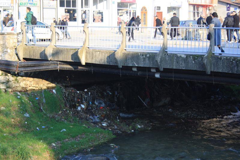 Müll unter der Brücke in Prizren, Kosovo