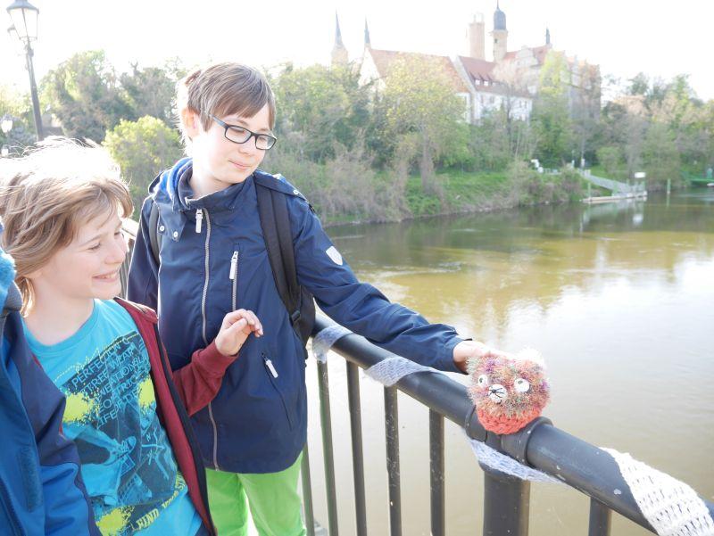 Merseburg mit Kindern, gestrickte Tiere auf der Brücke