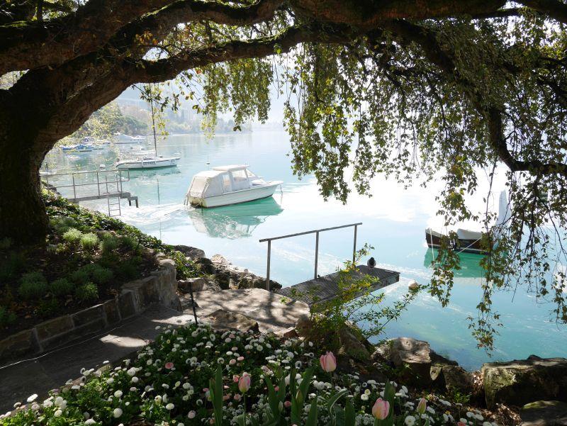 Montreux Uferpromenade am Genfer See mit Blumen und Booten