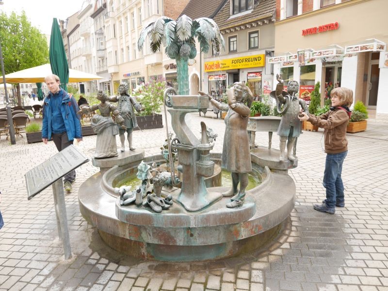 Stadtbrunnen Weißenfels mit Kindern