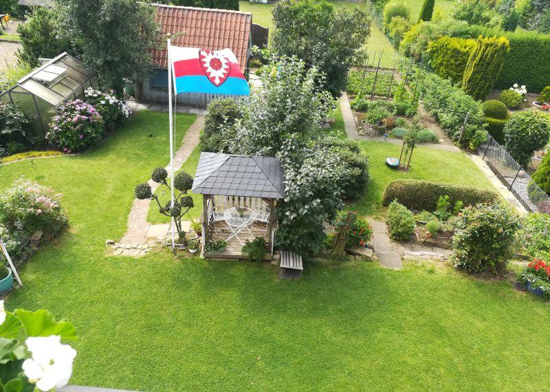 Schaumburger Flagge im Garten