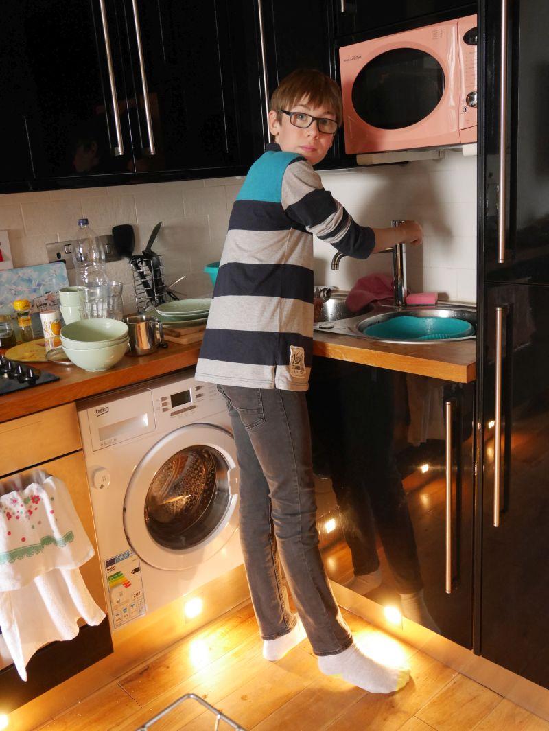 Janis beim Abwaschen in unserer Ferienwohnung in Helensburgh.