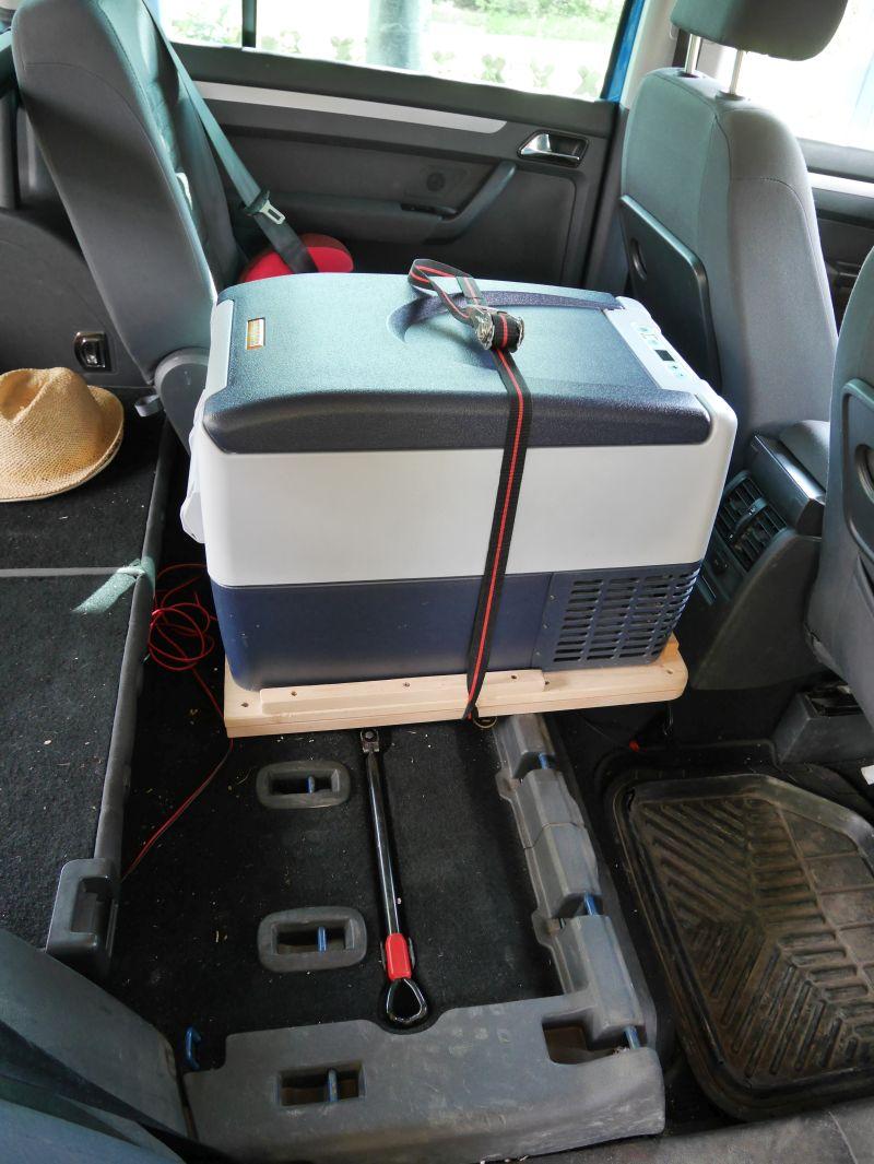 Roadtrip mit Kindern, Kompressor-Kühlbox auf dem Rücksitz, VW Touran